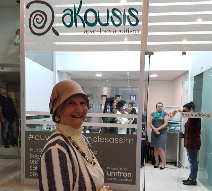 Akousis recebe a influencer Vovó Izaura Demari para um checkup auditivo